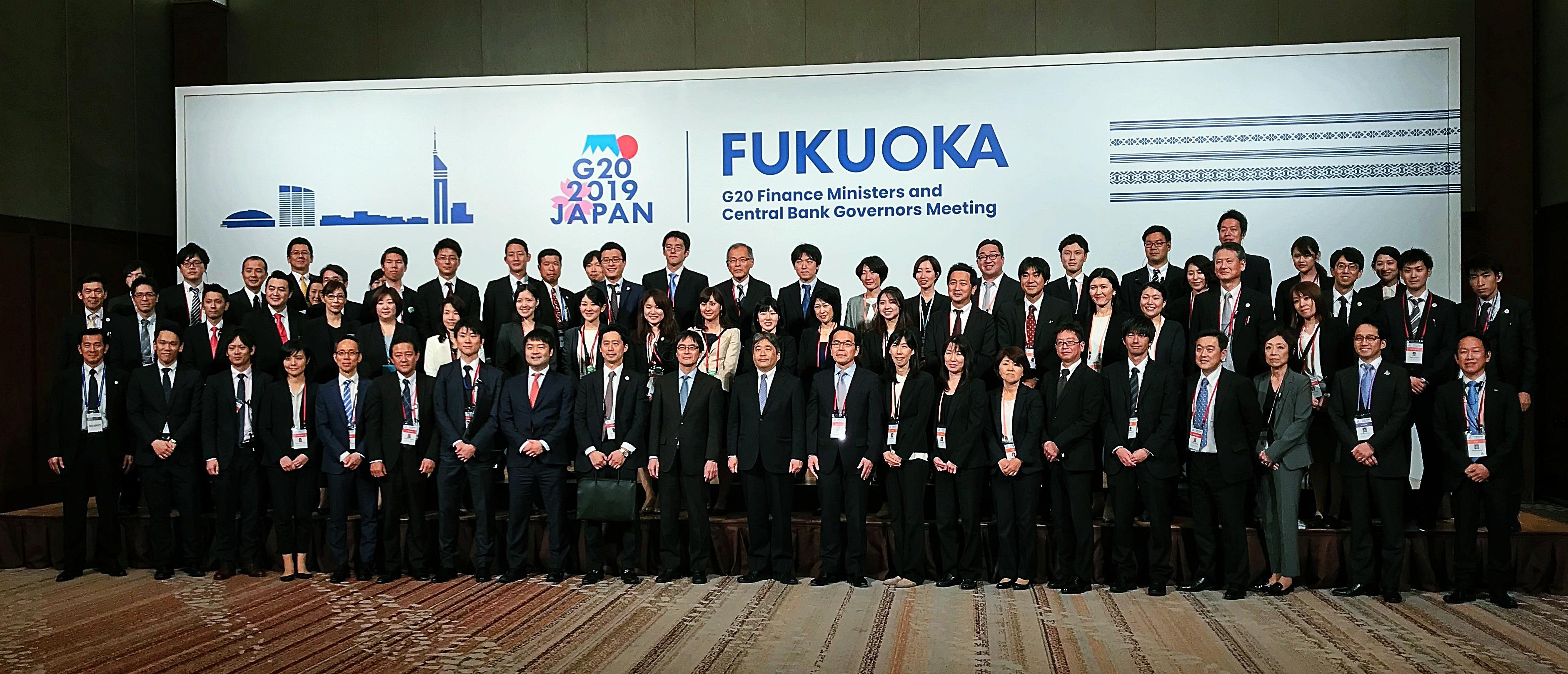 会期終了後、G20参加代表のフォトセッションと同じ場所で、  主催の財務省ご担当者と当社コングレのメンバー